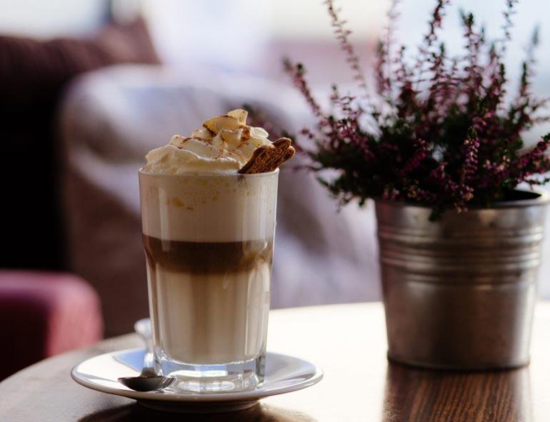 kawa z dietetyczną bitą śmietaną