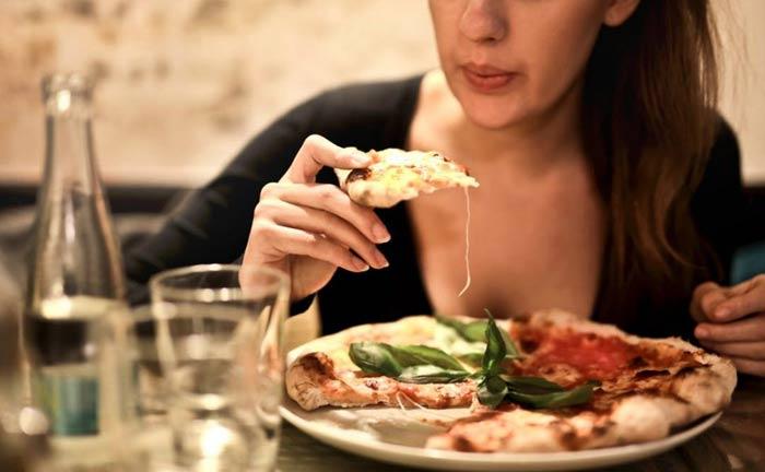 wieczorna kolacja przy pizzy